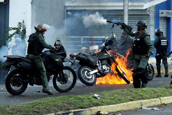 El diputado Carlos Paparoni resultó herido en la cabeza al ser derribado por un chorro de agua a presión (Reuters)
