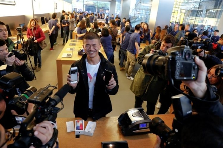 El primer comprador del iPhone X en un Apple Store de Beijing, China (REUTERS/Damir Sagolj)