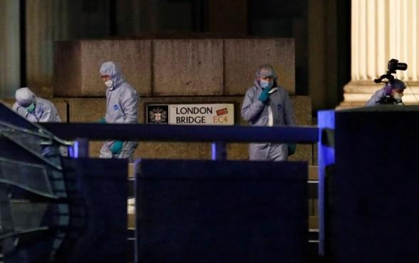 Autoridades en el Puente de Londres hacen el levantamiento del cadáver. REUTERS/Peter Nicholls