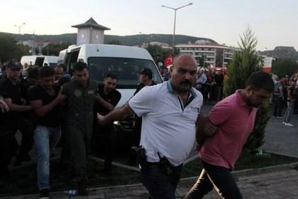 FOTO DE ARCHIVO: Soldados sospechosos de estar involucrados en el intento de golpe son escoltados por policías cuando llegan a un juzgado en la ciudad turística de Marmaris, Turquía, el 17 de julio de 2016. (REUTERS/Kenan Gurbuz /archivo)