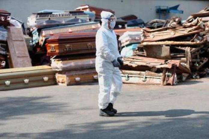 Un trabajador del crematorio municipal de Nezahualcoyótl, camina entre ataúdes el pasado 6 de mayo en el Estado de México.  (Foto: EFE/Sáshenka Gutiérrez/Archivo)