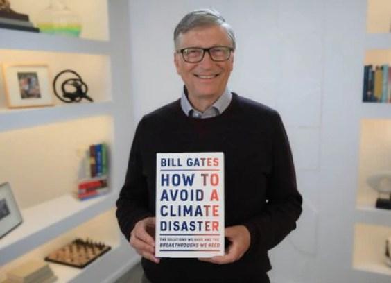 """Bill Gates sostiene un libro de propuestas para combatir el cambio climático. Recientemente, desaconsejó invertir en Bitcoins, como hizo Musk, por su alta volatilidad y porque """"minarlos"""" gasta mucha energía"""