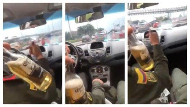 Uniformados de la Policía Nacional se grabaron tomando cerveza conduciendo un automóvil en Bogotá / (Twitter: @sticperiodista).