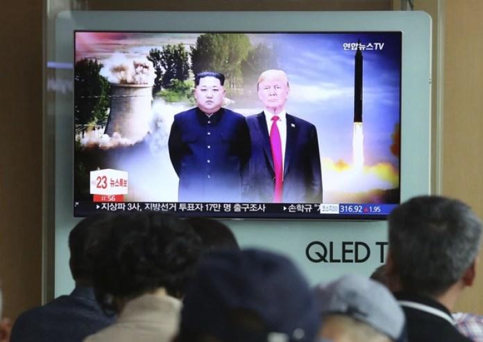 Espectadores observar un televisor con imágenes de archivo del presidente de Estados Unidos, Donald Trump (derecha), y el líder norcoreano, Kim Jong Un, durante un noticiero, en la estación de tren de Seúl, Corea del Sur, el 11 de junio de 2018. (AP Foto/Ahn Young-joon)