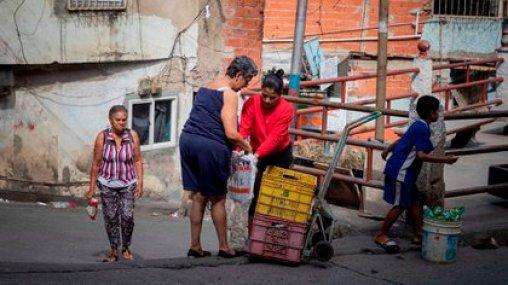 """La mala gestión cubana se trasladó a Venezuela, argumentó el autor de """"La invasión consentida"""": """"Venezuela es un país quebrado y empobrecido. La economía y los servicios públicos comenzaron a crujir antes de la imposición de sanciones económicas por parte de Washington"""". (EFE/RAYNER PEÑA R)"""