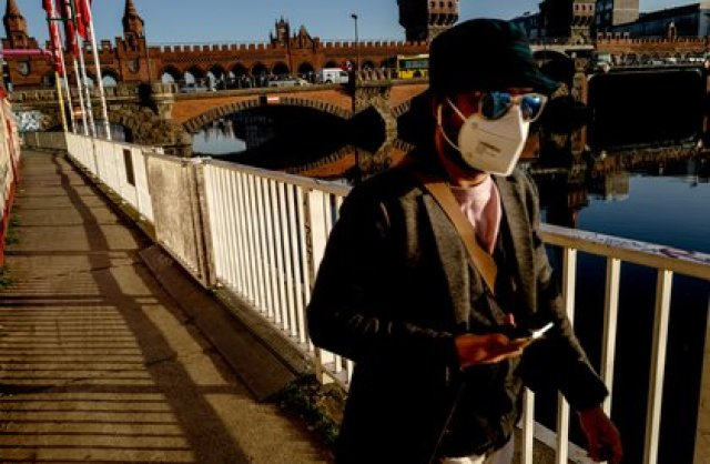 Berlin (Germany), 02/03/2021.- A man wears mask as walks next to Oberbaum Bridge in Berlin, Germany, 02 March 2021. People in Berlin took the sunny weather with spring-like warm temperatures as an opportunity to go EFE/EPA/FILIP SINGER/Archivo