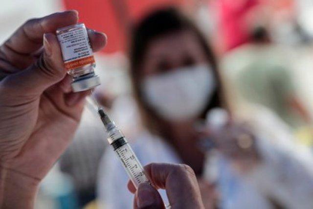 La vacunación en Brasil avanza a un ritmo lento debido a la disponibilidad limitada de dosis (EFE)