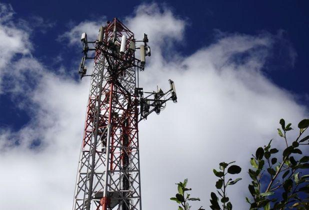 """Una antena de telefonía celular. La implementación de la tecnología 5G demandará a Chile duplicar de 30.000 a 60.000 el número de """"radiantes"""""""