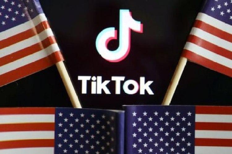 Imagen de archivo ilustrativa de banderas de Estados Unidos junto al logo de TikTok tomada el 16 de julio, 2020. REUTERS/Florence Lo