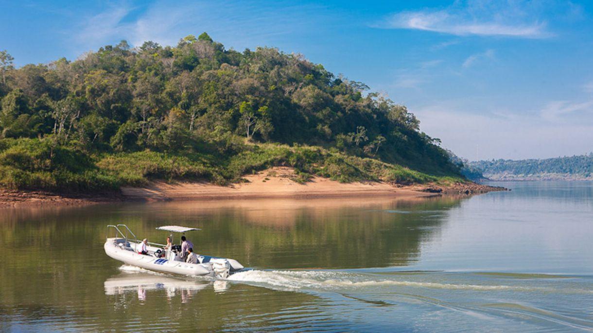 Está ubicado a solo 35 minutos de la Cataratas del Iguazú.