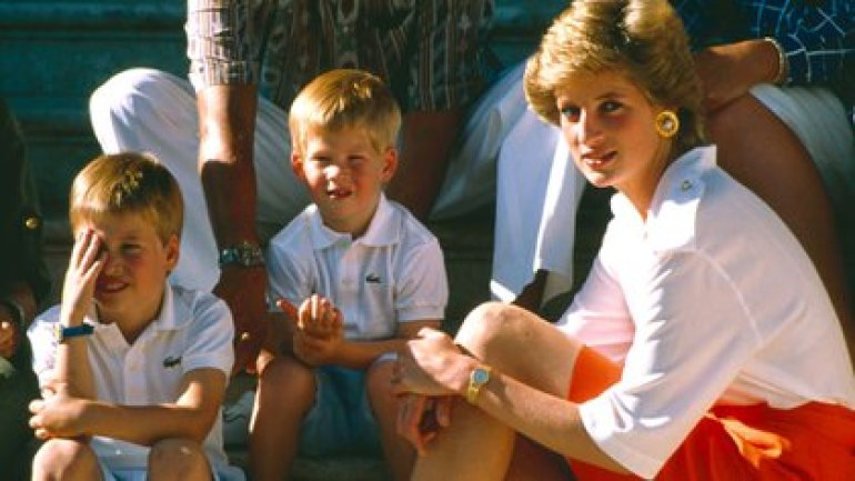 Lady Di with her children in Spain in 1988 (Shutterstock)
