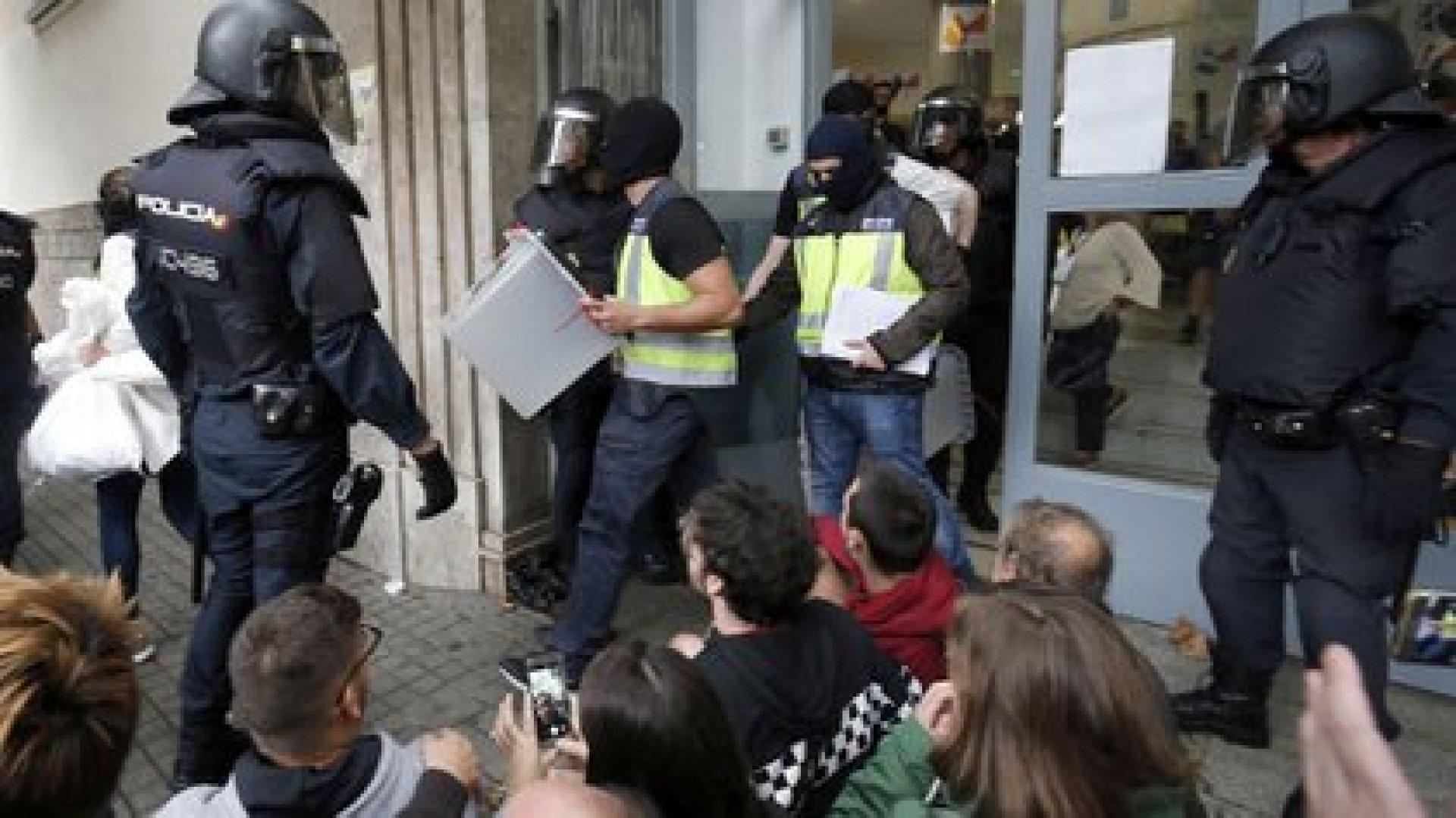 La policía española incauta urnas en un colegio electoral de Barcelona, el 1 de octubre de 2017 (AFP PHOTO / PAU BARRENA)