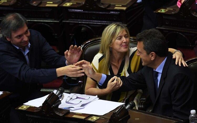 Máximo Kirchner saludando a Sergio Massa