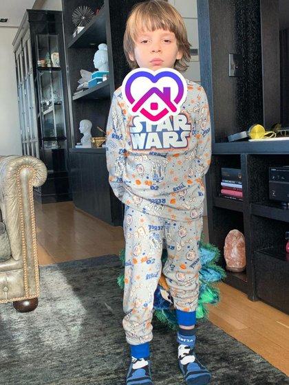 Lolo usando un pijama de Star Wars