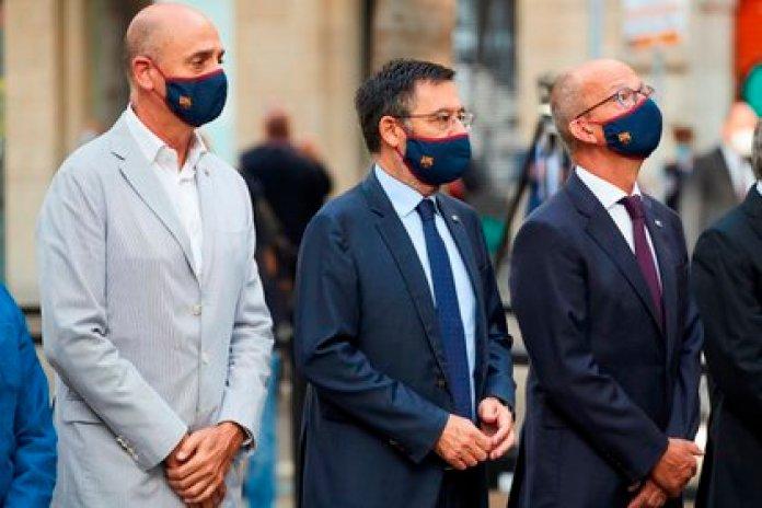 Bartomeu acompañado de los vicepresidentes Jordi Cardoner (d) y Jordi Moix (i) (EFE)