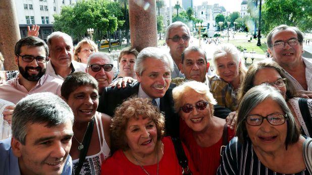 Alberto Fernández con un grupo de jubilados en Casa Rosada (Presidencia)