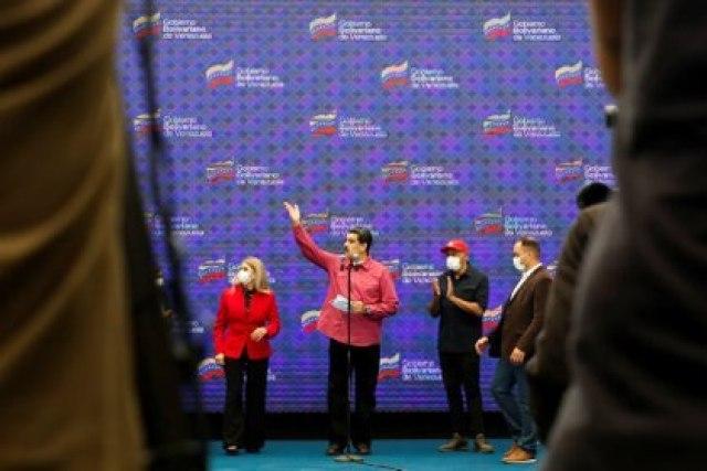 Maduro, su esposa Cilia Flores y el funcionario Jorge Rodríguez, tras anunciar los resultados de la votación (REUTERS/Fausto Torrealba)