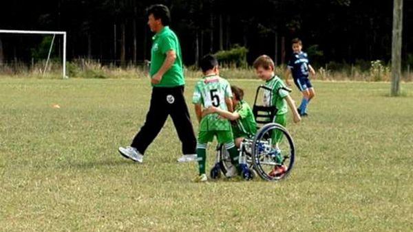 Nicolás Reiriz, haciendo lo que más le gusta: jugar al fútbol (Gentileza Adriana Degeneve)
