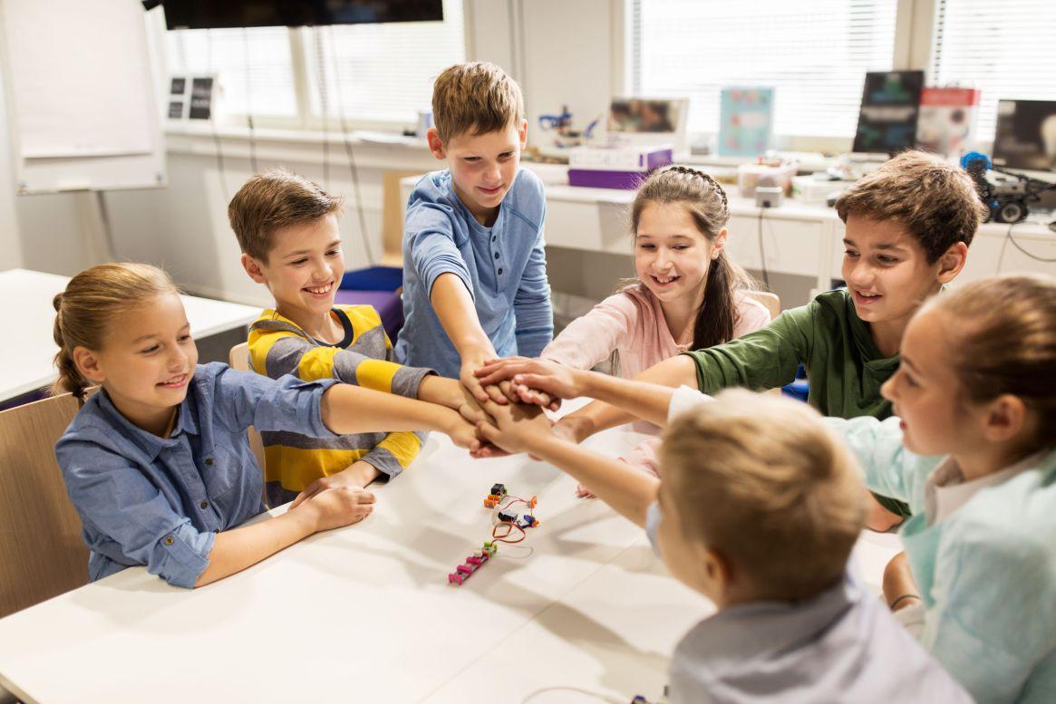 Si bien ellos quieren saber y participar, no dejan de ser niños y también hay que saber hasta dónde y cuánta información pueden recibir (Shutterstock)