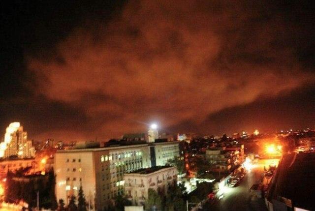 El cielo de la capital siria se iluminó luego de las explosiones.