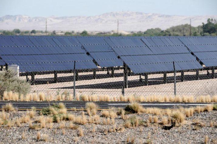 FOTO DE ARCHIVO: Paneles solares en un campo de El Centro, estado de California, Estados Unidos, el 29 de mayo de 2020. REUTERS/Bing Guan