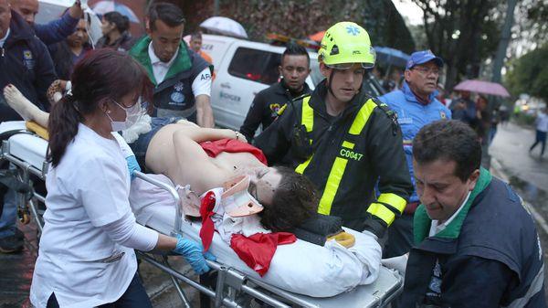 Una mujer es evacuada luego de la explosión en el Centro Comercial Andino en Bogotá, Colombia(AP)
