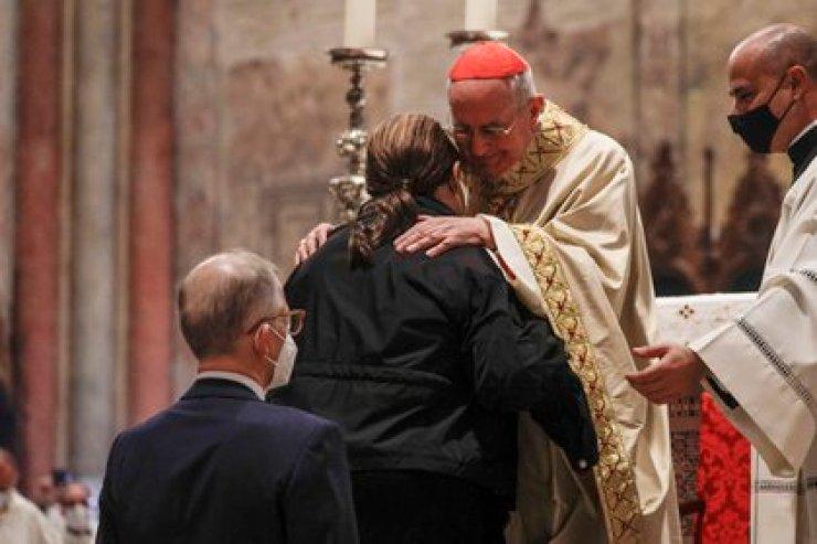 El cardenal Agostino Vallini junto a la madre de Carlo Acutis (AP Photo/Gregorio Borgia)