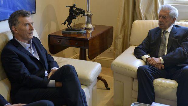 """El Presidente con el escritor peruano Mario vargas Llosa, autor de uno de sus libros favorito, """"La Fiesta del Chivo"""" (Foto: Presidencia)"""