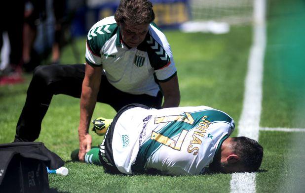Jonás Gutiérrez se retuerce del dolor mientras lo tratan de asistir. La lesión sufrida el domingo pasado reiteró una lesión similar a la que sufrió el año pasado -tendón rotuliano-, aunque en distinta pierna.