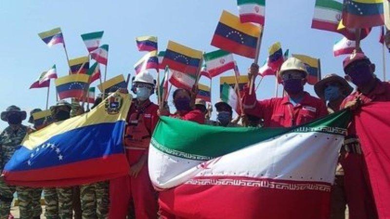 Trabajadores con banderas de Irán y Venezuela durante el arribo de un barco de transporte de combustible iraní al puerto de Cardón, Venezuela (Ministerio del Petróleo de Venezuela)