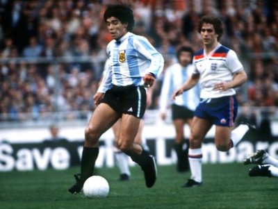 """El día que Wembley aplaudió de pie a Maradona: a 40 años del """"no gol"""" de Diego a Inglaterra, que sirvió como ensayo de su obra maestra en el Mundial 86 - Infobae"""