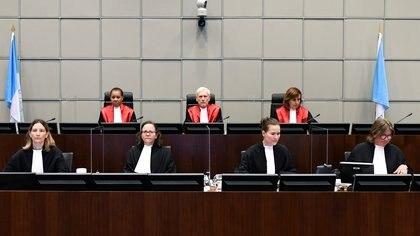El juez David Re, presidente del Tribunal, y las juezas Janet Nosworthy y Micheline Braidy antes de leer el veredicto (REUTERS/Piroschka Van De Wouw)