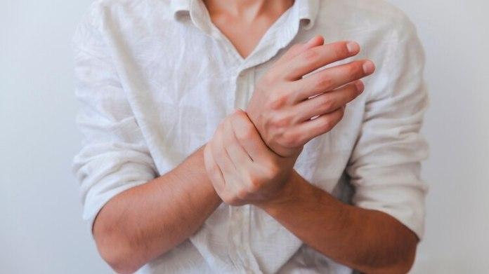 Los quistes sinoviales son tumoraciones que aparecen frecuentemente en la muñeca y en la mano (Shutterstock)