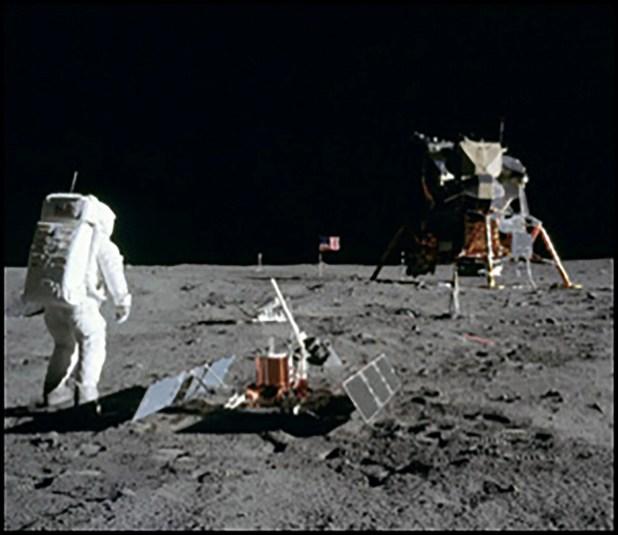 El astronauta Buzz Aldrin en la superficie de la Luna con el módulo lunar (LM) Eagle durante la actividad extravehicular del Apolo 11 (EVA).
