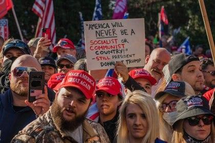 Partidarios del presidente de EEUU, Donald Trump, protestan a las puertas del Tribunal Supremo por el resultado de las presidenciales del 3 de noviembre. (IMAGESPACE / ZUMA PRESS / CONTACTOPHOTO)