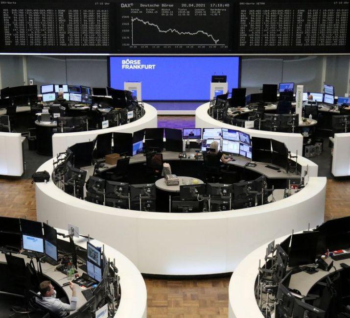 FOTO DE ARCHIVO: El gráfico del índice bursátil alemán DAX en la Bolsa de Fráncfort, Alemania, el 20 de abril de 2021. REUTERS/Personal