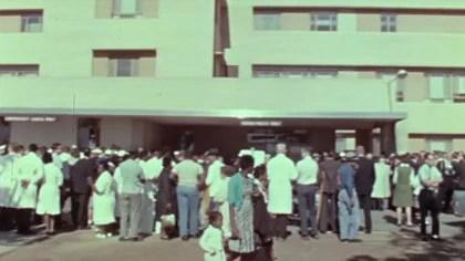 """Goldstrich se quitó el uniforme médico, salió así a la calle y encontró una multitud frente a las instalaciones del hospital: """"Me acerqué y me mezclé entre ellos"""". (Captura de Youtube)"""
