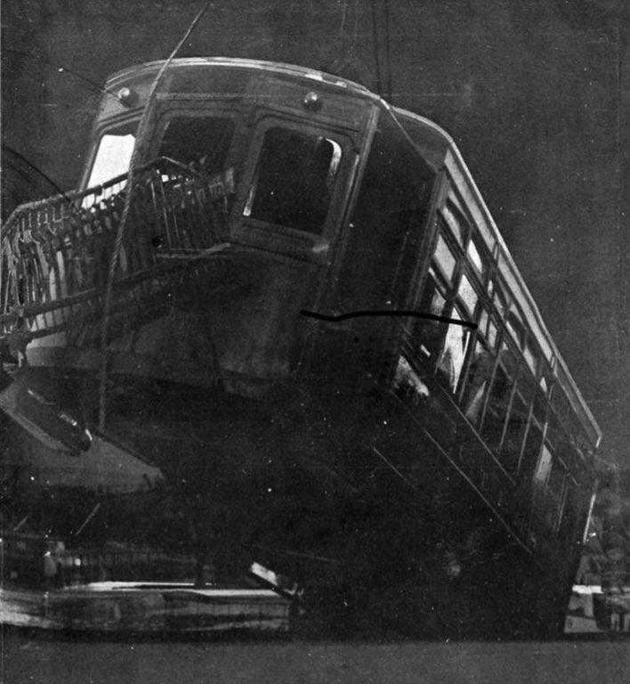 El tranvía cuando fue sacado de las aguas del Riachuelo