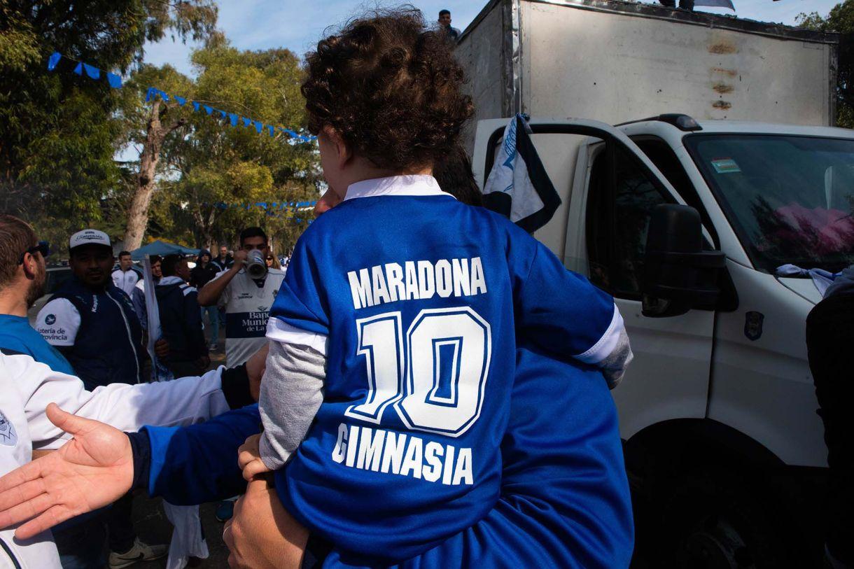 Nuevas camisetas para los hinchas de Gimnasia. (Franco Fafasuli)