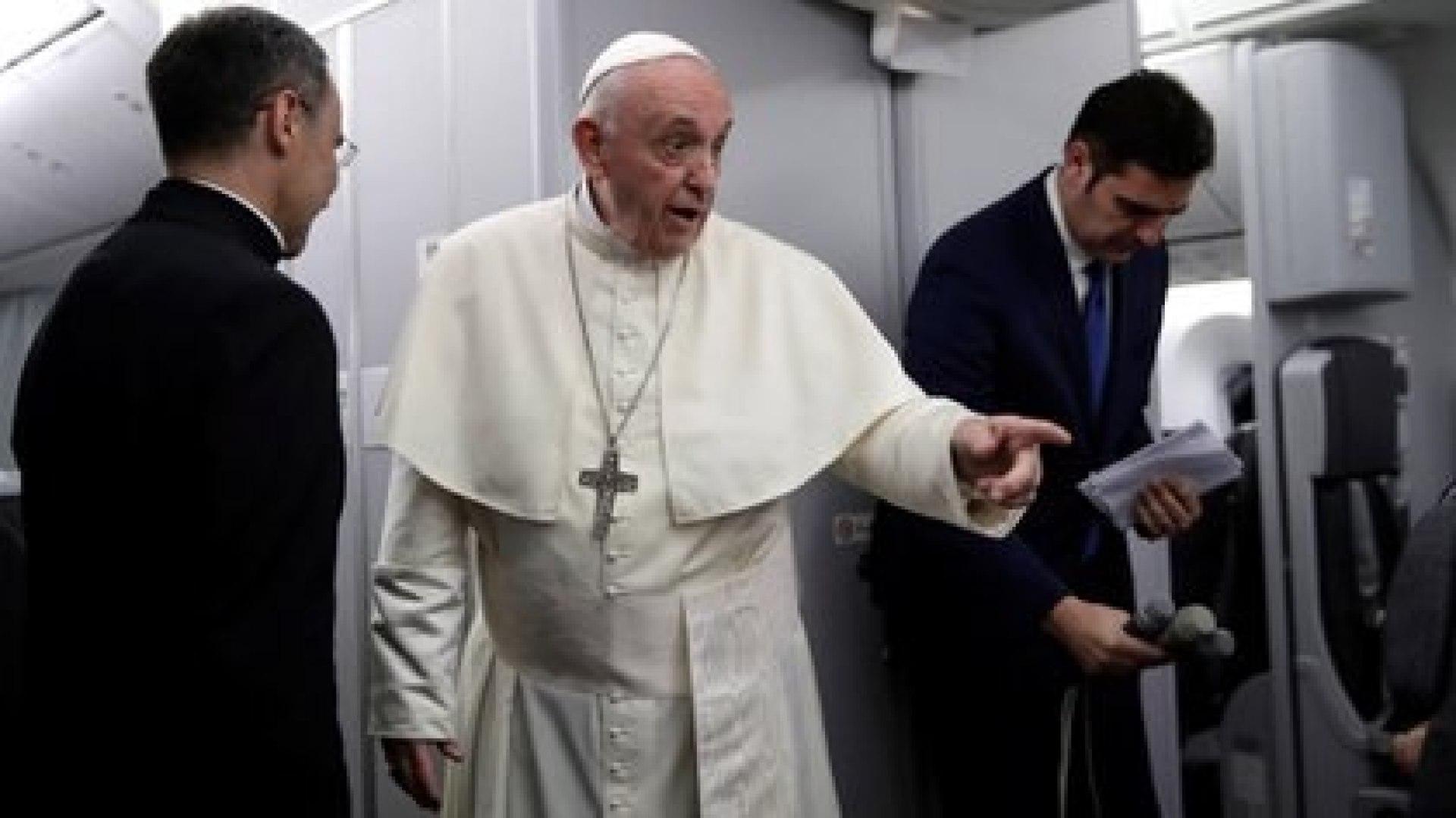 El papa Francisco habla con periodistas durante su vuelo de regreso de Panamá a Roma, en enero de 2019. Alessandra Tarantino/Pool via REUTERS
