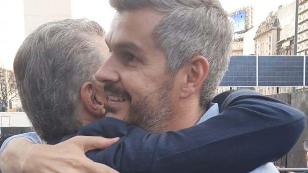 El largo abrazo entre Mauricio Macri y su jefe de Gabinete y amigo, Marcos Peña, al concluir el acto.