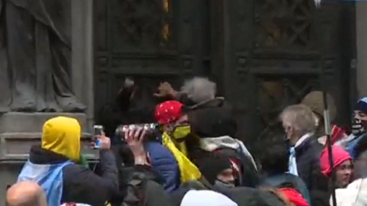 Un grupo de manifestantes intentó ingresar por la fuerza al Congreso