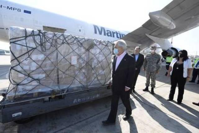 Imagen de archivo del presidente chileno Sebastián Piñera recibiendo insumos para enfrentar el brote de coronavirus, en el aeropuerto de Santiago, Chile, el 25 de abril de 2020. Alex Ibanez/Presidencia de Chile/Handout via REUTERS
