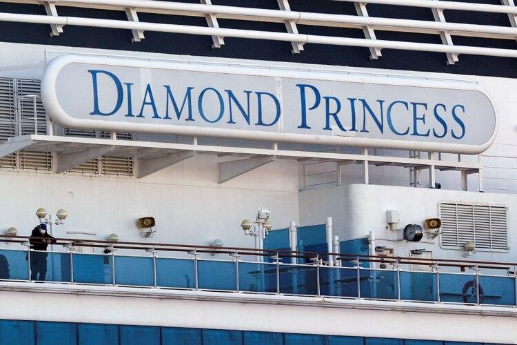 Un pasajero con una máscara se encuentra en la cubierta del crucero Diamond Princess, el 13 de febrero de 2020 (REUTERS/Kim Kyung-Hoon -/Archivo Foto)