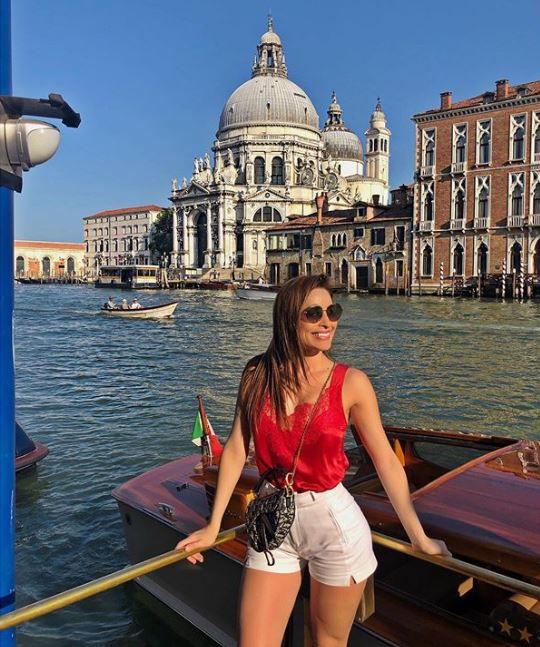 """""""Escribió la también actriz en su cuenta de Instagram: """"Días de caminatas, noches de pasta y bellinis y paseo en góndola, Venecia es única y mágica, mi corazón sonríe también. ❤️"""". (Foto: Instagram)"""