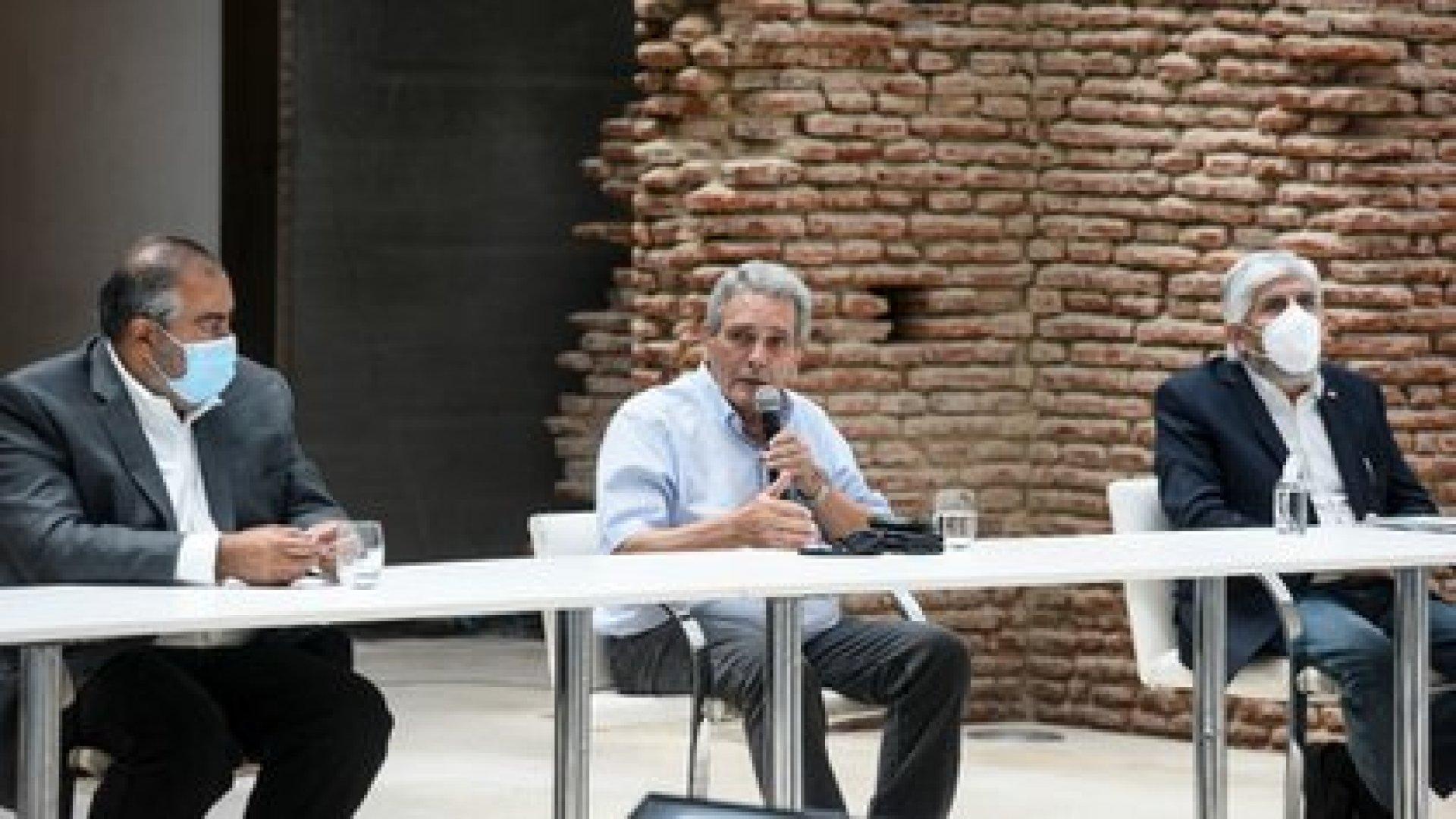 Los dirigentes de la CGT Héctor Daer y Carlos Acuña y el líder camionero Hugo Moyano, en la primera reunión por el acuerdo de precios y salarios