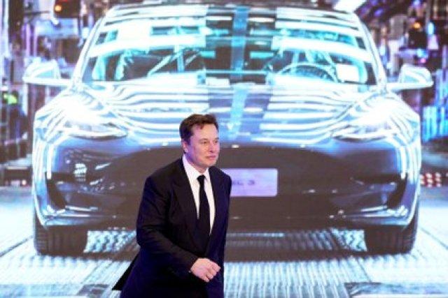 Elon Musk, con fondos de uno de sus chiches eléctricos REUTERS/Aly Song/File Photo