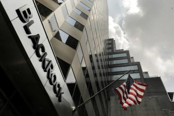 Un letrero de BlackRock, uno de los principales acreedores externos de la Argentina, sobre su edificio en Nueva York, EEUU (REUTERS/Lucas Jackson)