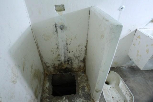 El túnel por donde el narco mexicano escapó de la cárcel. Fue hecho en la regadera de su celda (Foto: Cuartoscuro)