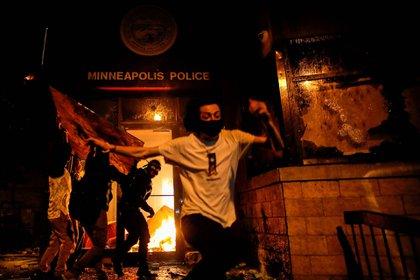 Manifestantes preden fuego una estación de policía en Mineapolis, en las protestas por el asesinato de George Floyd en manos policiales. (28 de mayo)